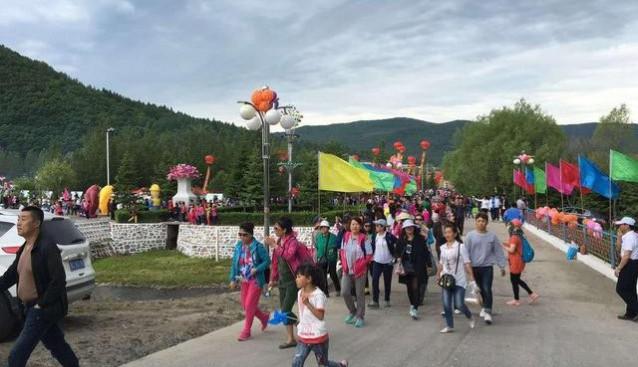 黑龙江:牡丹江晨报组织70余名读者参加绥阳林业局第二届黑木耳采摘节