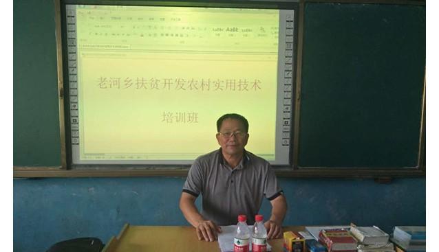 河南:食用菌技术专家刘德育亲赴泌阳县指导花菇生产技术