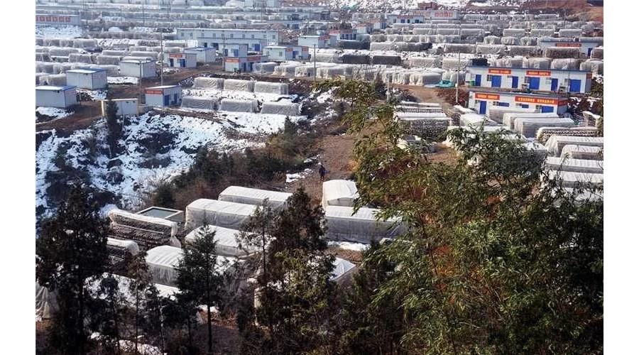 湖北:十堰雪后重建香菇大棚