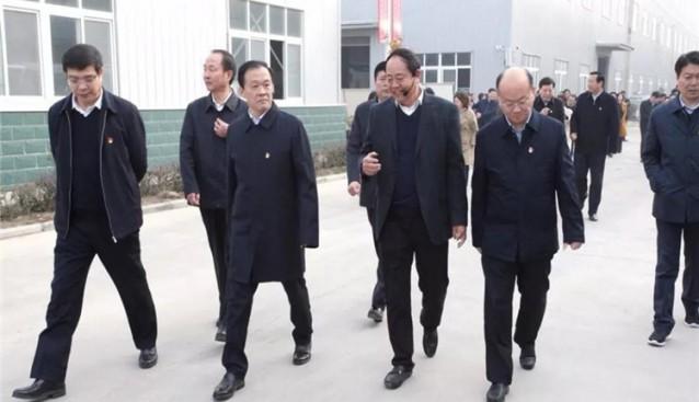 河南:许昌市市委书记胡五岳带队到世纪香公司观摩食用菌发展项目