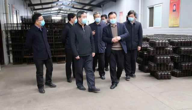 陕西省扶贫办党组成员、副主任何存贵一行调研勉县食用菌企业复工复产情况